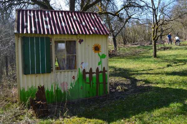 Junk garden sheds every garden needs at least one rustic - Construire une cabane de jardin ...